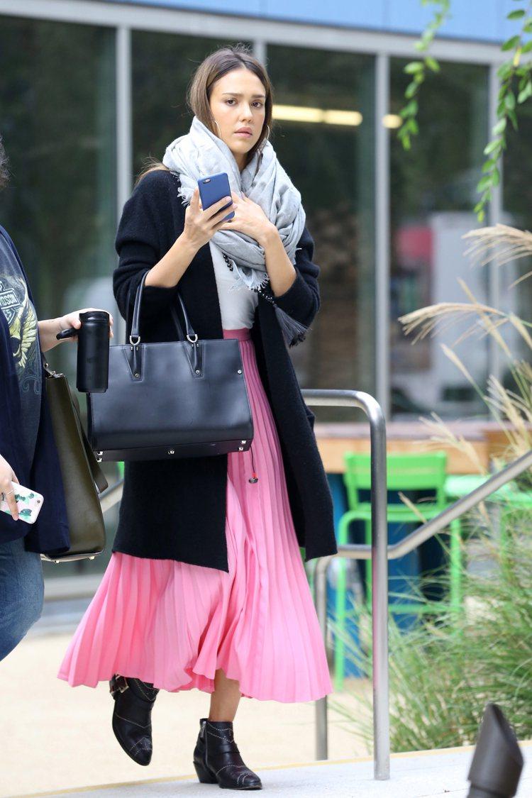 潔西卡艾芭 以粉紅長裙搭配Paris Premier系列。圖/Longchamp...