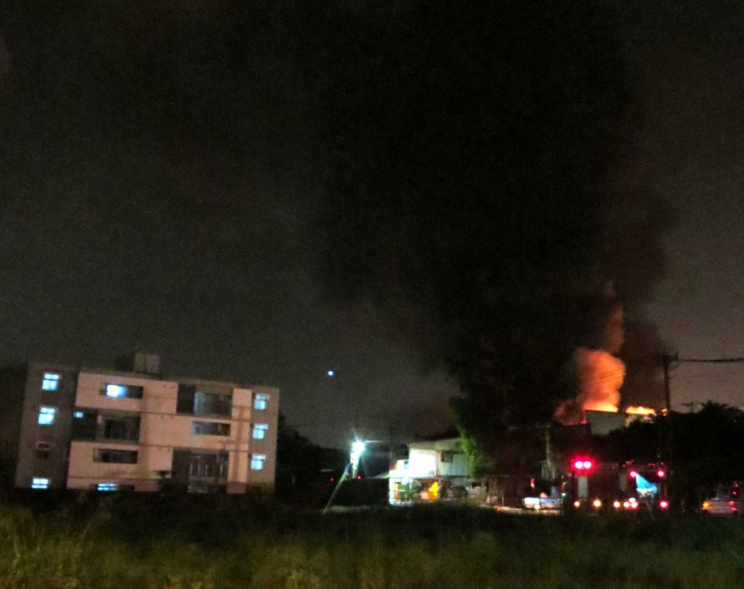 有片/台南永康工廠大火 民眾搶拍甚至出動空拍機
