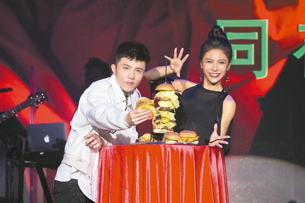 小宇宋念宇(左)新歌演唱會彩排,艾怡良現身,送上大漢堡。 圖/華納唱片提供