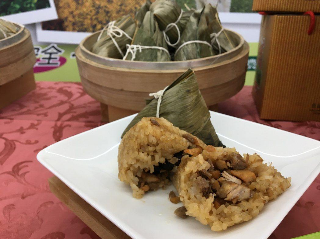 花蓮市農會推出的養生粽由農會家政班媽媽製作,平價供應。 記者徐庭揚/攝影
