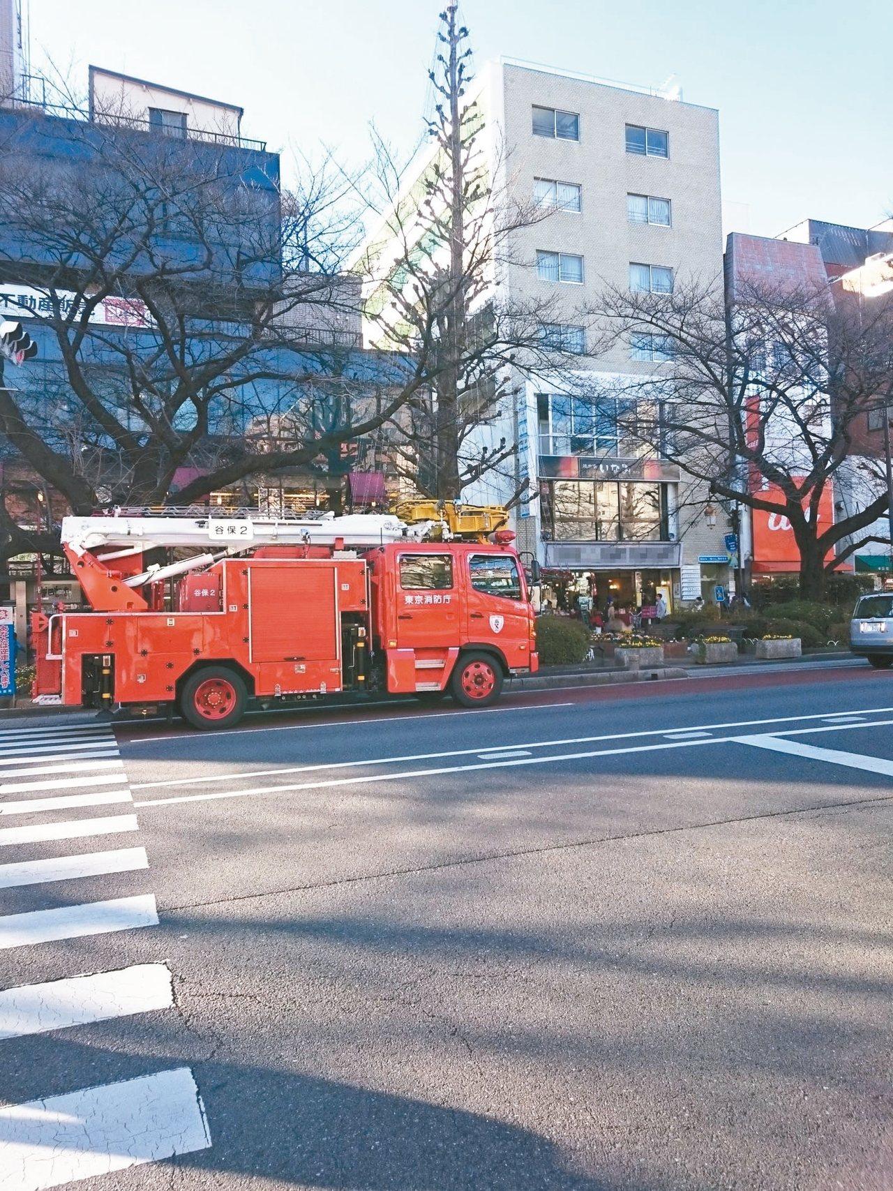 平日無事不會出現在街上的消防車,像「大晦日」(除夕)裡一個鮮紅的句號,準備平安告...
