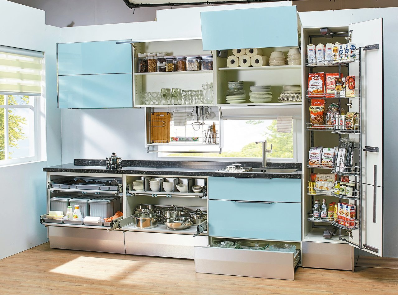 特力屋自有品牌廚具設計手動升降櫃,可將收納層架下拉方便拿取。 特力屋/提供