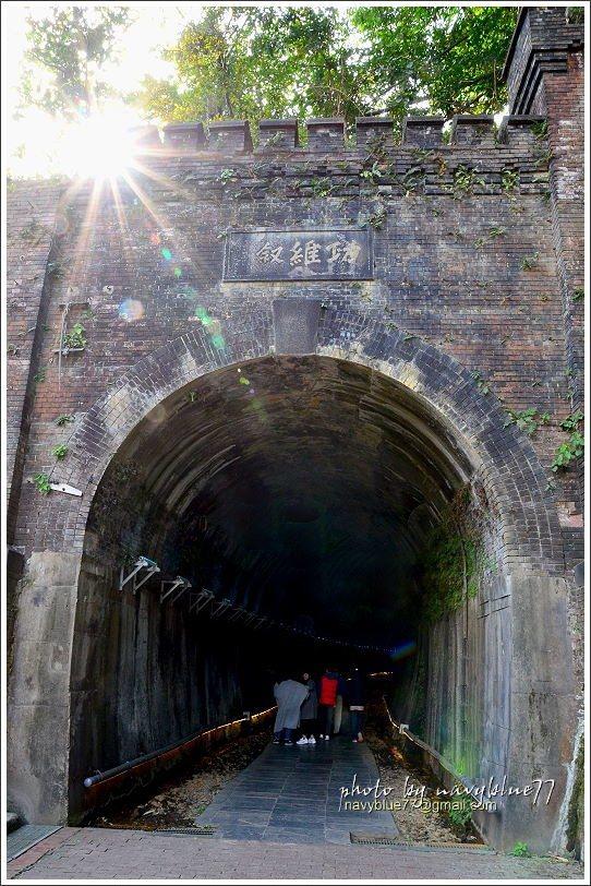 ↑午後的陽光從隧道口左上方的城垛缺角耀出,這個缺角是民國82年六二水災造成的。