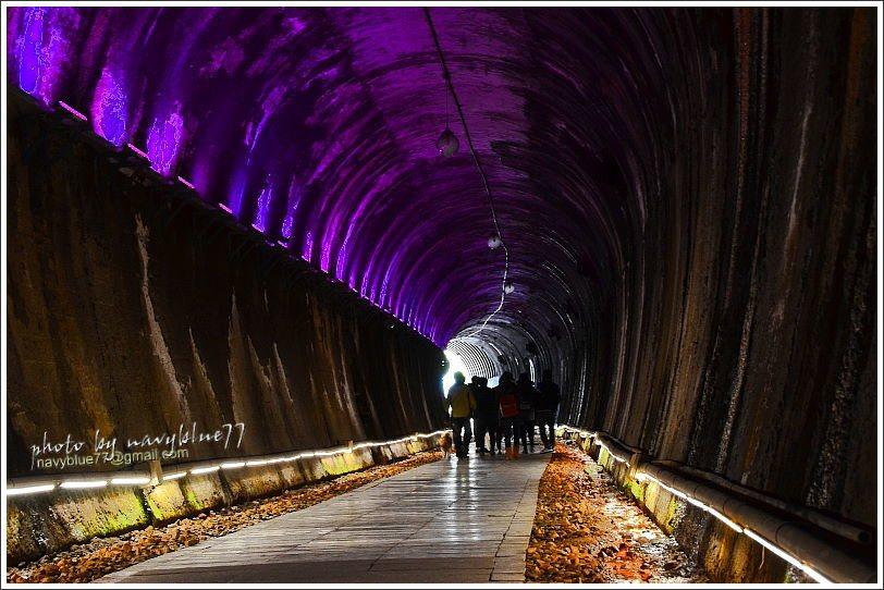隧道內的LED燈光輪替著七彩光影,彷彿走過隧道就會穿越到另一個時空。