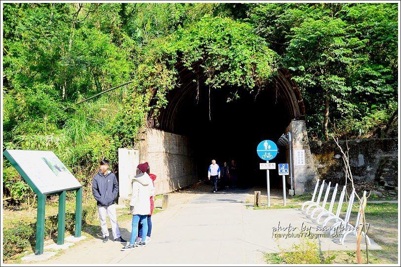 ↑穿越隧道囉!不過並沒有穿到另一個時空。反而是南隧道入口的景觀迥異於北入口,讓人...