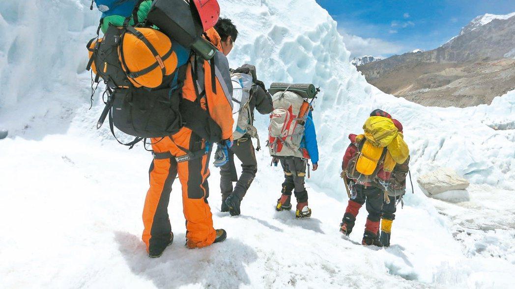 越來越多的珠峰登山者發現氧氣筒被偷走,此情形將嚴重威脅他們的性命安全。 (路透)