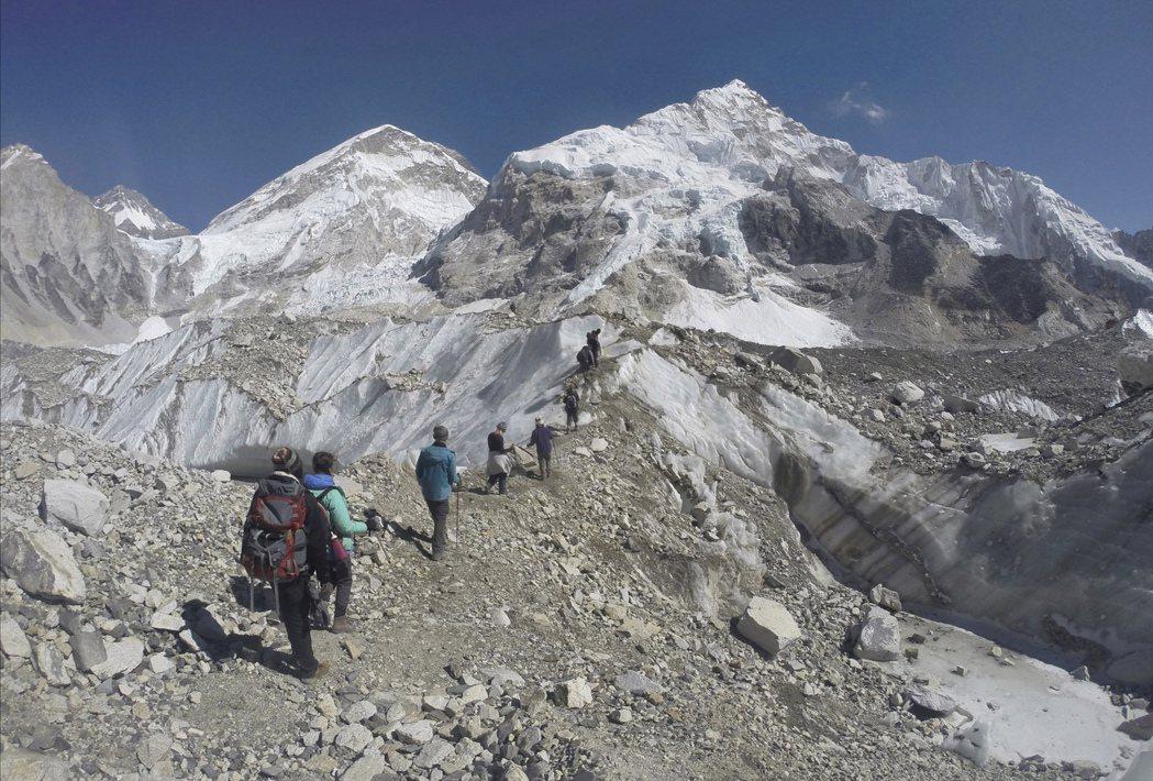 登山客走過珠峰基地營附近的冰河。 (美聯社)