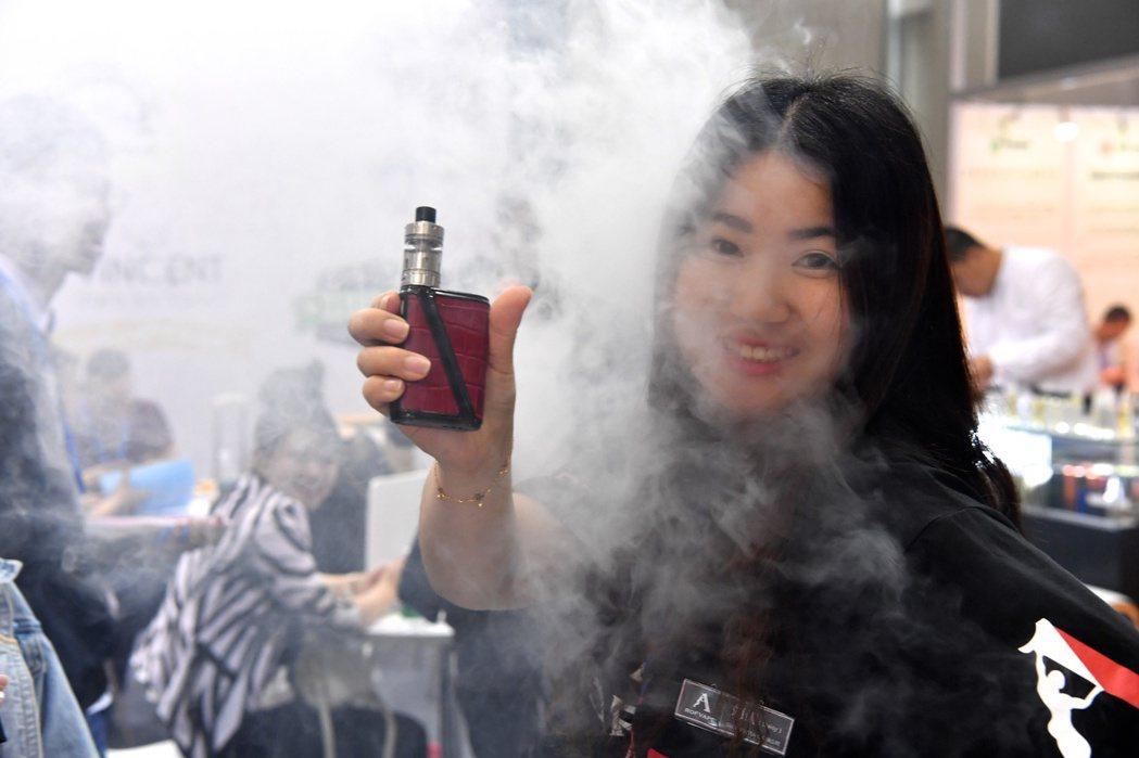有些電子煙外型如手機,甚至結合MP3能聽音樂。 (中通社)