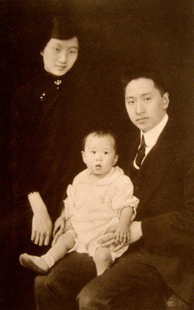 顧維鈞(右)與第二任妻子唐寶玥和兒子。 圖/取自網路