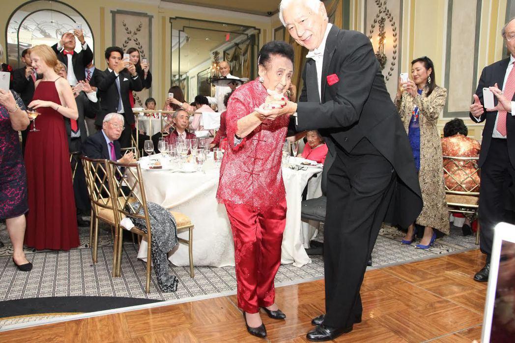 嚴幼韻在111歲生日的晚宴上翩翩起舞。 圖/親友提供