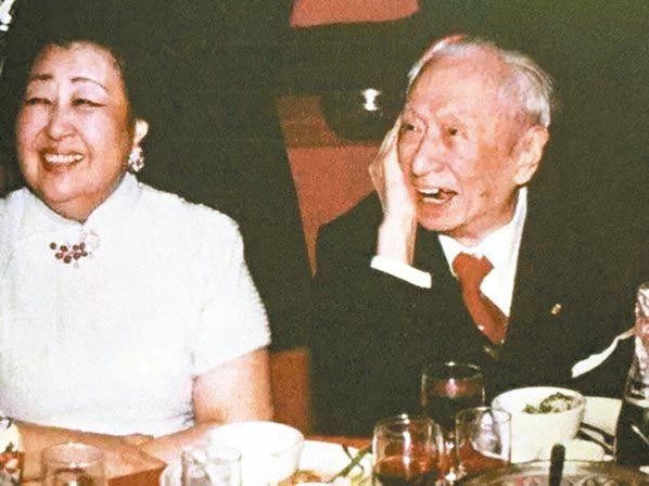 顧維鈞(右)九十二歲時生日宴,旁為第四任夫人嚴幼韻。 圖/取自網路