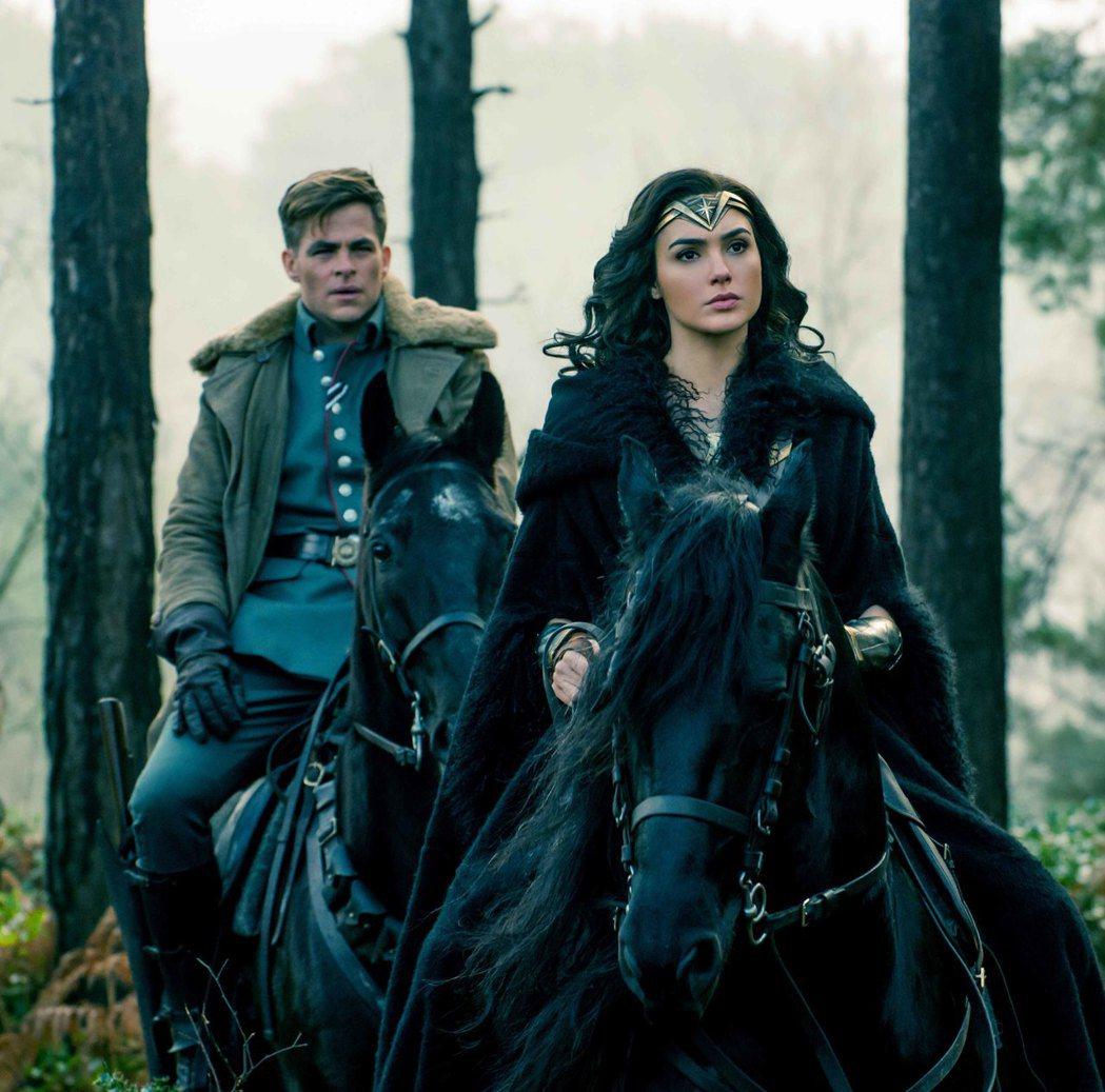 蓋兒加朵(右)與克里斯潘恩(左)共同演出暑假最受期待大片「神力女超人」。圖/華納