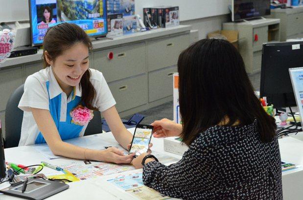 中華電信為拓展業務,今年下半年預計招募基層員工368人,自今天起至29日報名。 ...