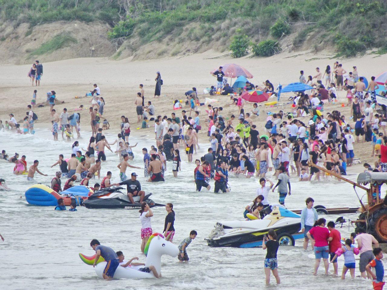 端節連假首日,高人氣的墾丁南灣湧現大批戲水人潮。記者潘欣中/攝影