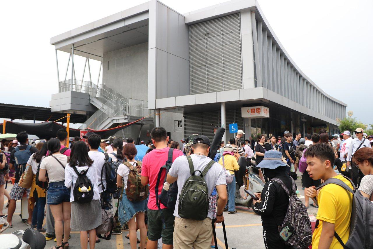 屏東縣東港東琉碼大排長龍,候船人潮排到街上。記者潘欣中/攝影