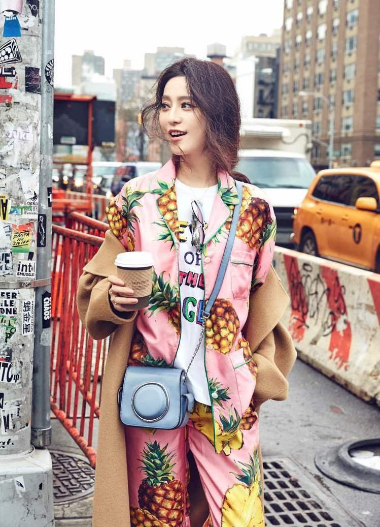 范冰冰穿Dolce & Gabbana 2017春夏系列鳳梨裝,背MICHAEL...