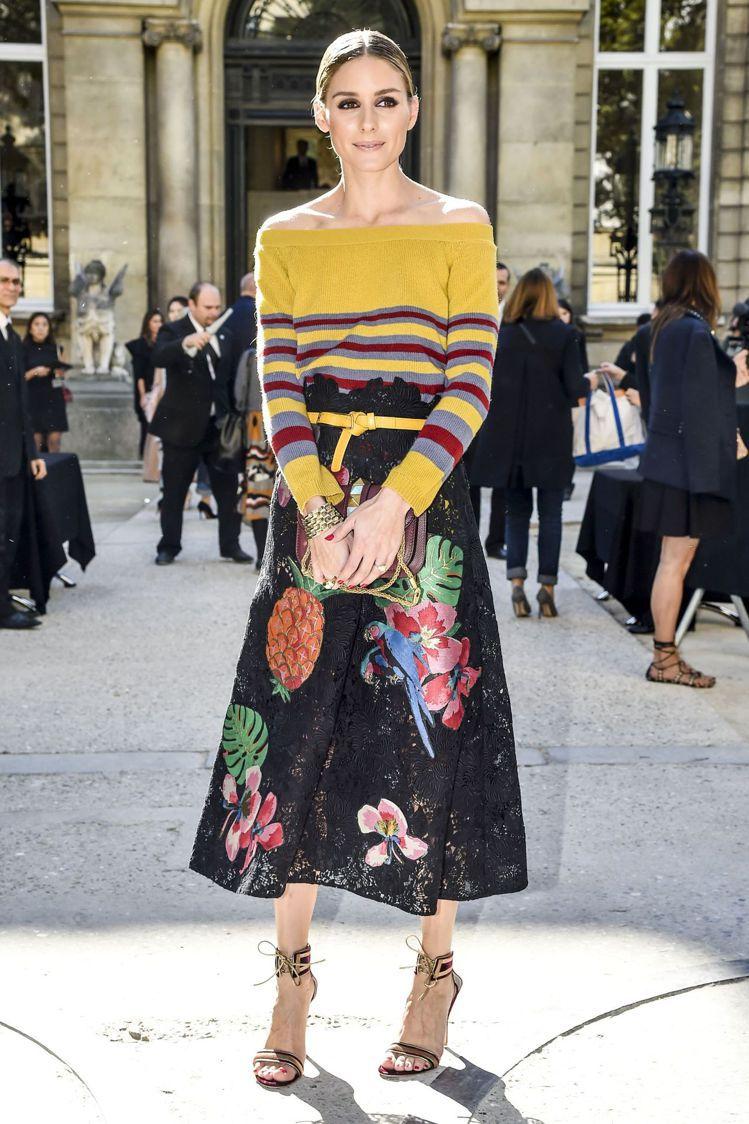奧莉薇亞巴勒莫也曾穿VALENTINO 2017度假系列的鳳梨刺繡裙裝。圖/取自...