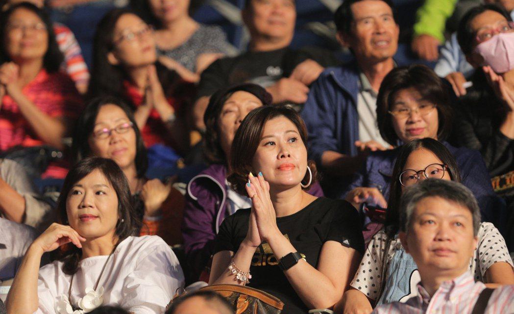 民歌42高峰會今晚在高雄巨蛋登場,全場也頓時搖身一變成為大型KTV,讓所有歌迷重...