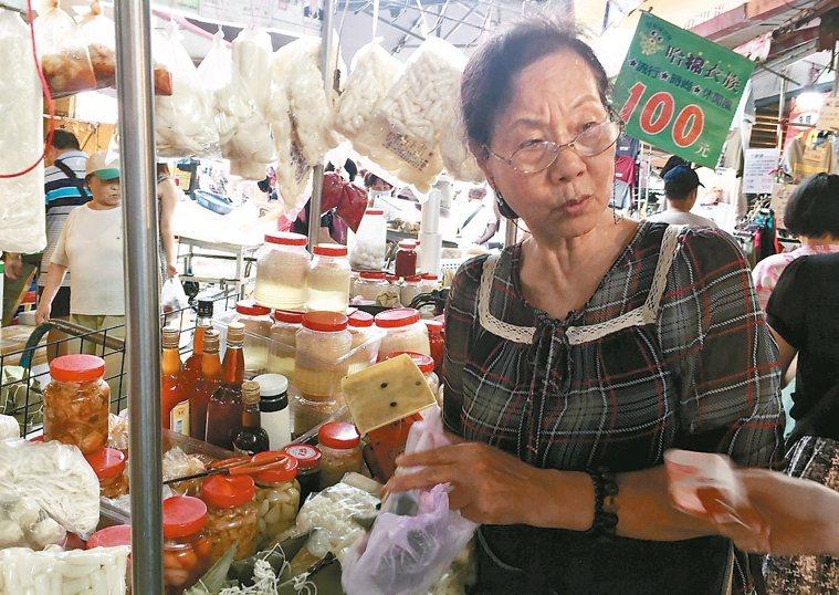 忠貞市場熱心親切的老闆阿香。 圖╱朱慧芳
