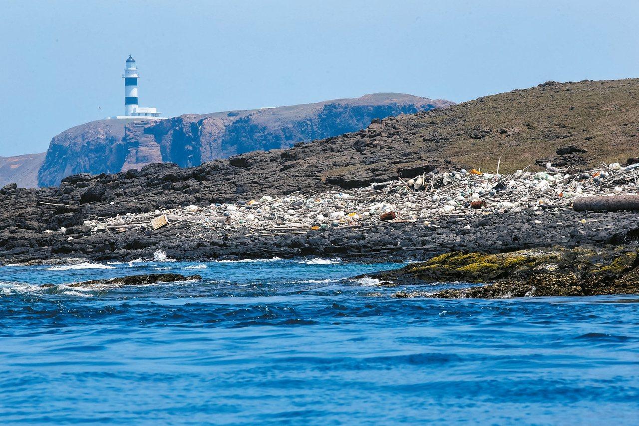 美景在哭澎湖鋤頭嶼沿岸的海漂垃圾。 記者王騰毅/攝影