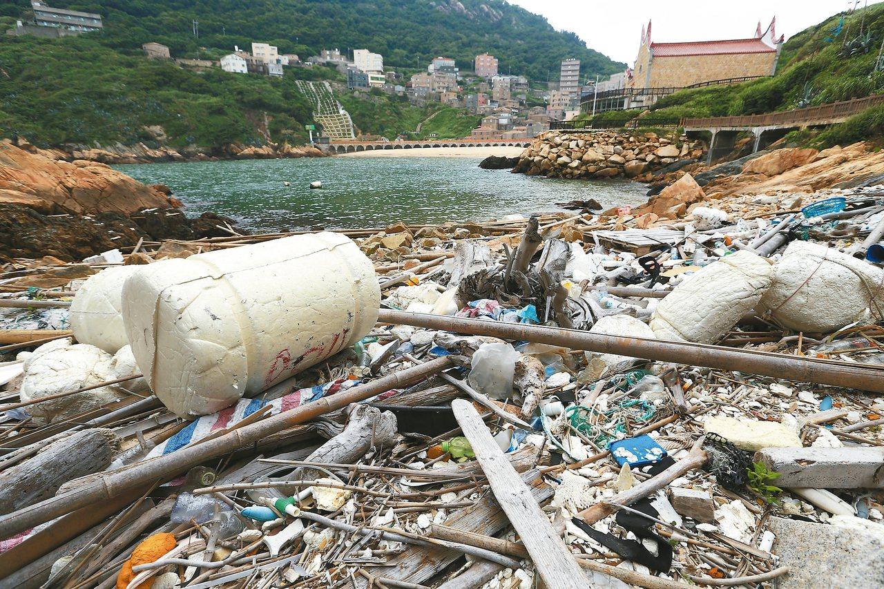 馬祖南竿復興沙灘黑夜有藍眼淚美景,白天卻遍布海漂垃圾,即使早上才清理過,下午又來...