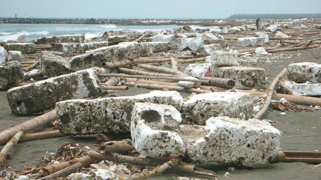 每年五、六月,台南沿海常見海灘遍布廢棄蚵棚保麗龍,碎屑也飛揚、堆積,形成「五月雪...