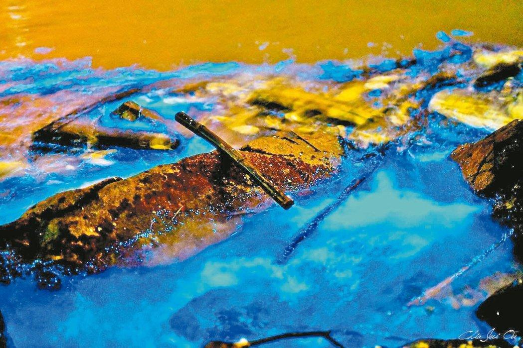馬祖藍眼淚很美,隨浪而來的卻還有廢木條等垃圾,十分諷刺。 圖/王建華提供
