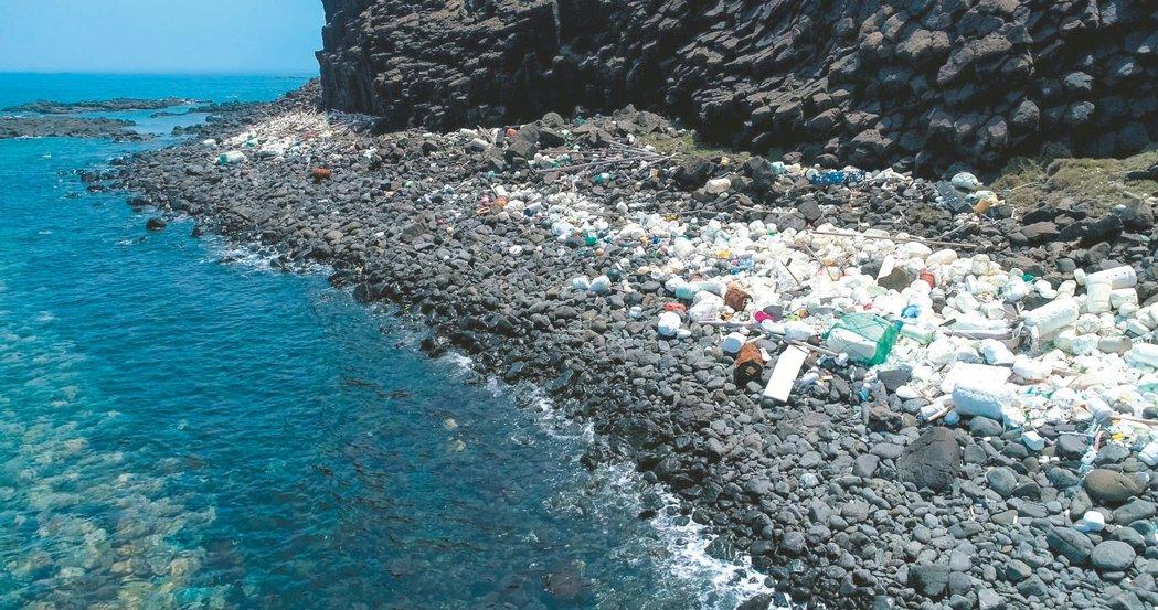 澎湖西吉嶼著名秘境景點藍洞旁,黑色玄武岩上堆積一片保麗龍等海漂垃圾,格外刺眼。 ...