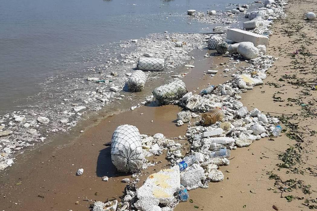 大陸海漂垃圾「登陸」金門浯江溪口,垃圾散布海岸數公里長。記者蔡家蓁/攝影