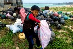 與垃圾為伍 沙灘小學童年走味…
