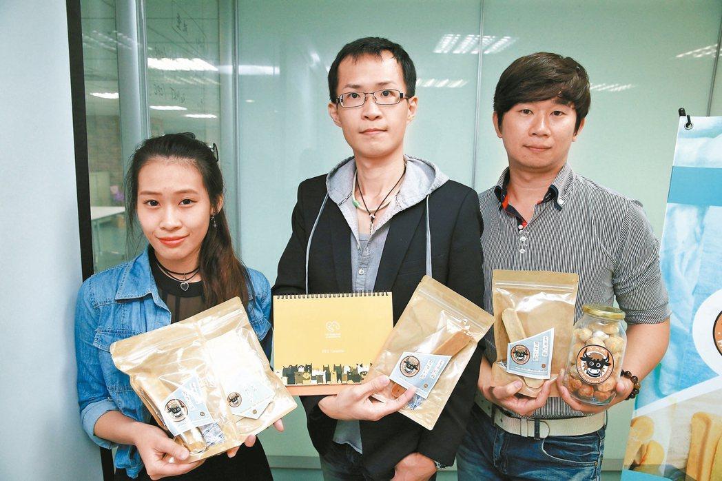 社會企業寵聊療創辦人張志威(中)與團隊成員崔珮婷(左)、陳曉逸(右)。 記者林伯...