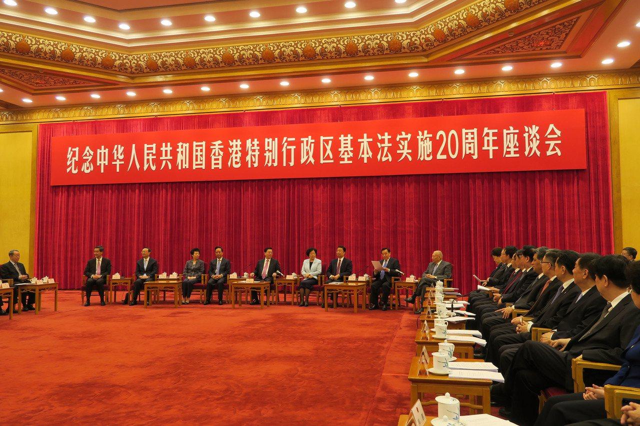 北京舉行回歸廿年座談會,張德江(中)發表講話,梁振英()坐在左邊最側。中央社 中...