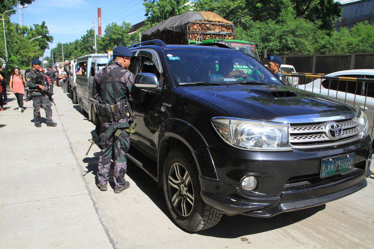 菲國軍人24日在民答那峨島伊利甘市盤查民眾,許多人是從動亂的馬拉韋市逃出。圖/歐...