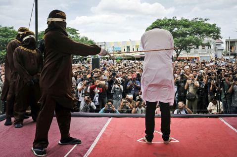 印尼亞齊,給同志的85下鞭刑