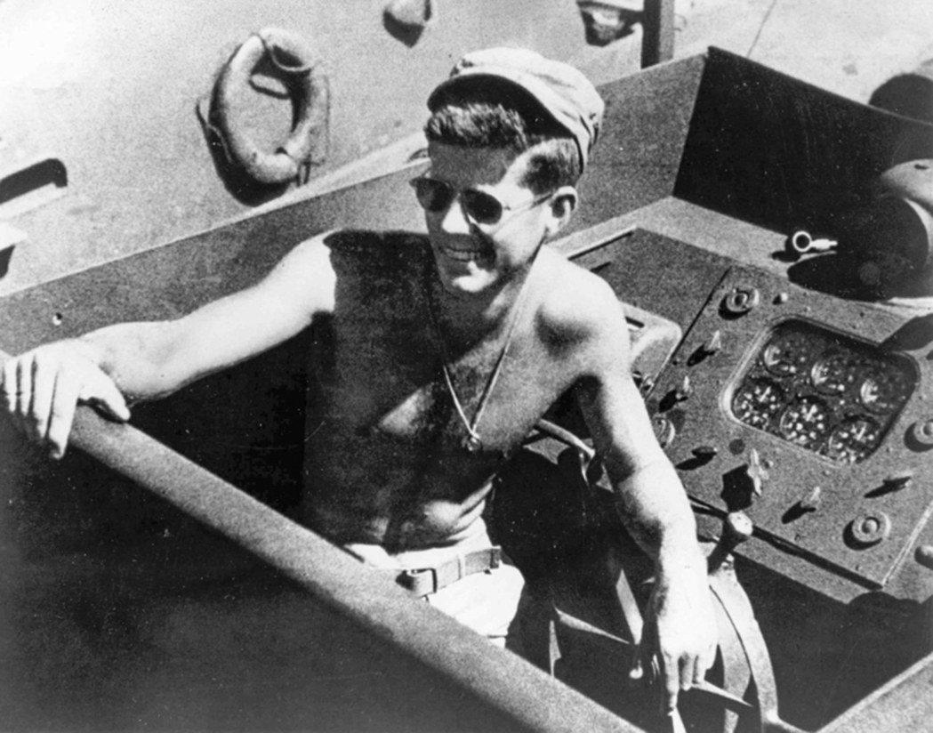 1943年,時任美軍PT 109魚雷艇艇長的甘迺迪在南太平洋執行任務。 (歐新社...