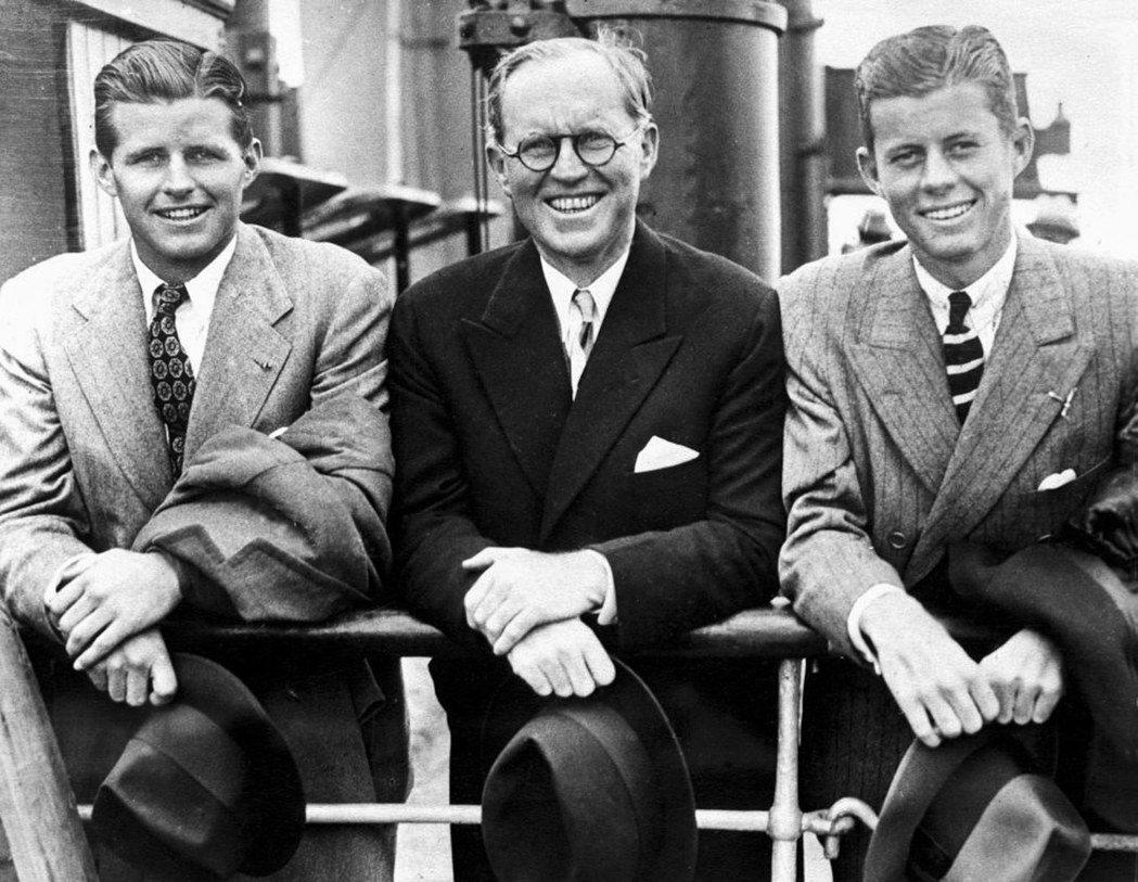 甘迺迪(右一)和父親老約瑟夫(中)和哥哥小約瑟夫(左)一九三八年合照。 (歐新社...