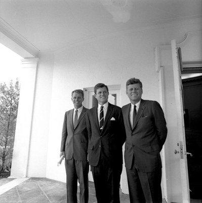 1963年,甘迺迪(右)跟弟弟愛德華(中)與羅伯(左)在白宮合照。 (歐新社)