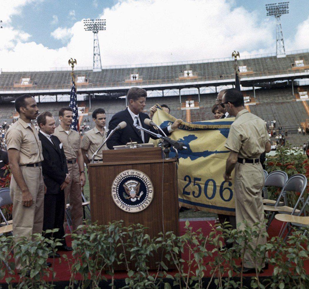 1962年12月29日,甘迺迪在邁阿密橘盃美式足球賽場接受古巴流亡者組成的250...
