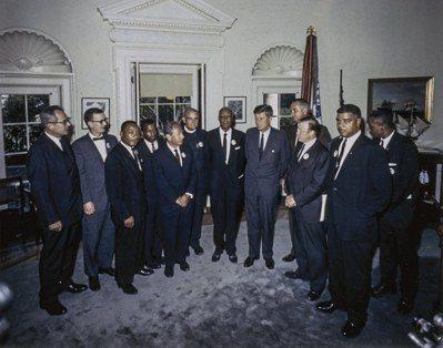 1963年8月28日,甘迺迪(中)在白宮橢圓辦公室接見多位民權運動領袖。 (歐新...