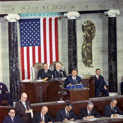 1963年1月14日,甘迺迪(中)在美國國會發表國情咨文。 (歐新社)