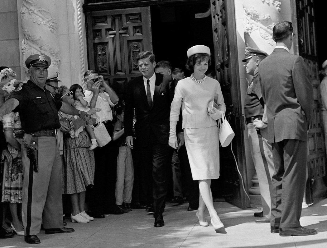 甘迺迪與夫人賈桂琳1961年4月2日出席復活節彌撒。 (美聯社)