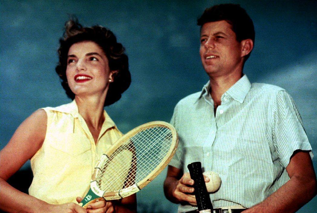 1953年6月27日,時任參議員的甘迺迪跟夫人賈桂琳在麻州海厄尼斯港打網球。 (...
