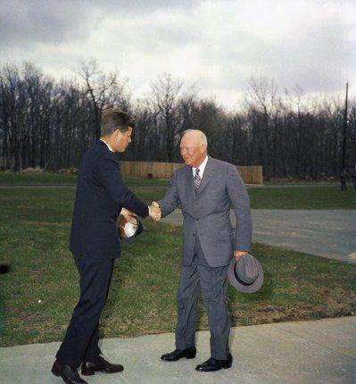 1961年4月22日,甘迺迪在大衛營跟前總統艾森豪握手寒暄。 (歐新社)