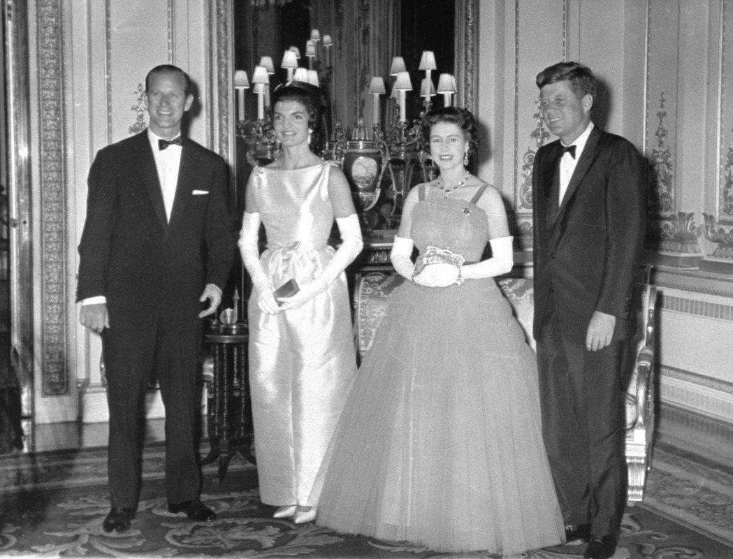 甘迺迪與夫人賈桂琳(右一、左二)1961年造訪英國拜會女王伊莉莎白二世和夫婿菲利...