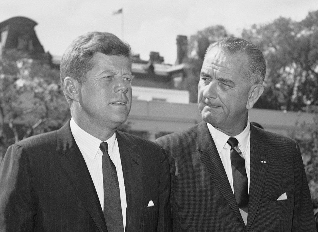 甘迺迪(左)與他的副總統詹森1962年在白宮合影。 (美聯社)