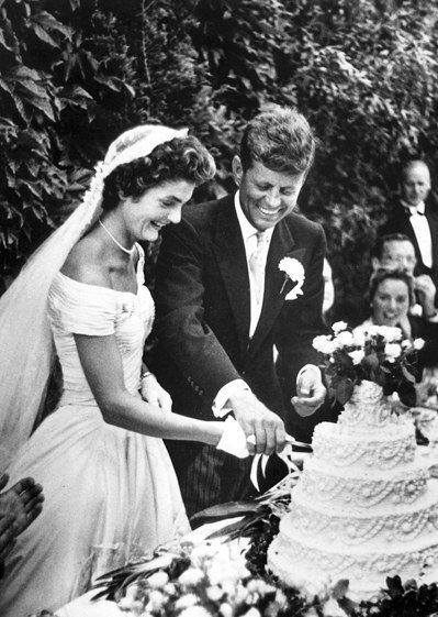 1953年9月12日,甘迺迪與妻子賈桂琳在羅德島新港結婚,合切結婚蛋糕。 (歐新...