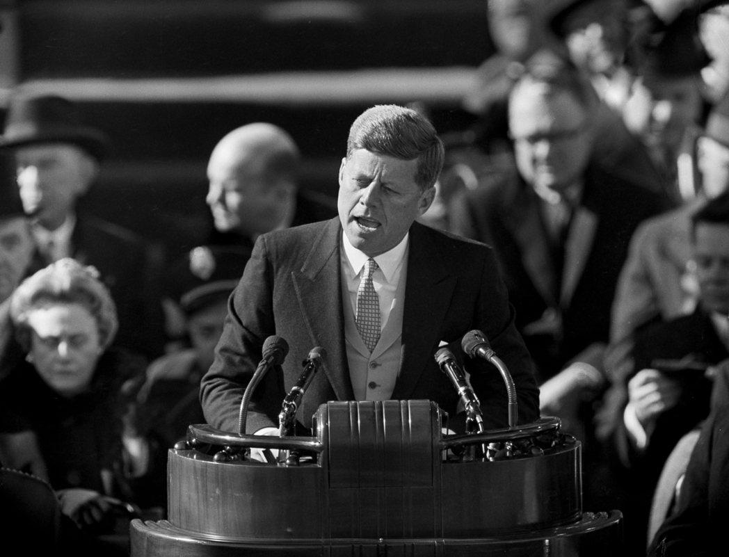 甘迺迪1961年1月20日宣誓就任美國總統,發表就職演說。 (美聯社)