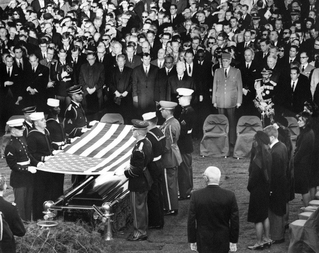 甘迺迪1963年下葬阿靈頓國家公墓,美軍為甘迺迪靈柩覆蓋國旗。 (歐新社)