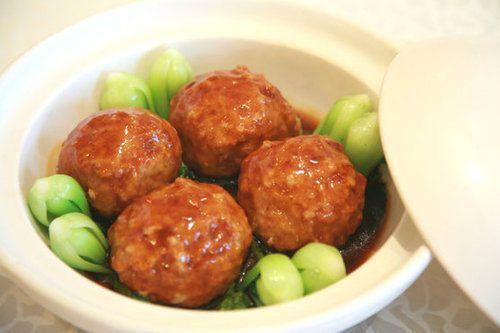 「四喜丸子」被翻譯成four glad meat balls(四個高興的肉團)。...