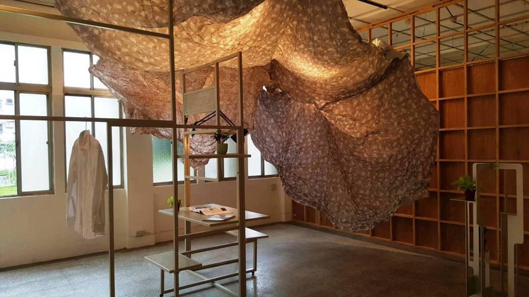來自doTa 構築設計所創作,在「構/宅」優選作品中,簡化室內客廳需求,布料不僅...